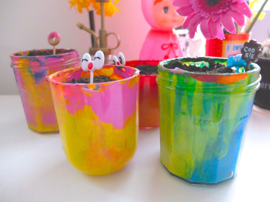 des pots de fleurs color s diy pour enfants. Black Bedroom Furniture Sets. Home Design Ideas