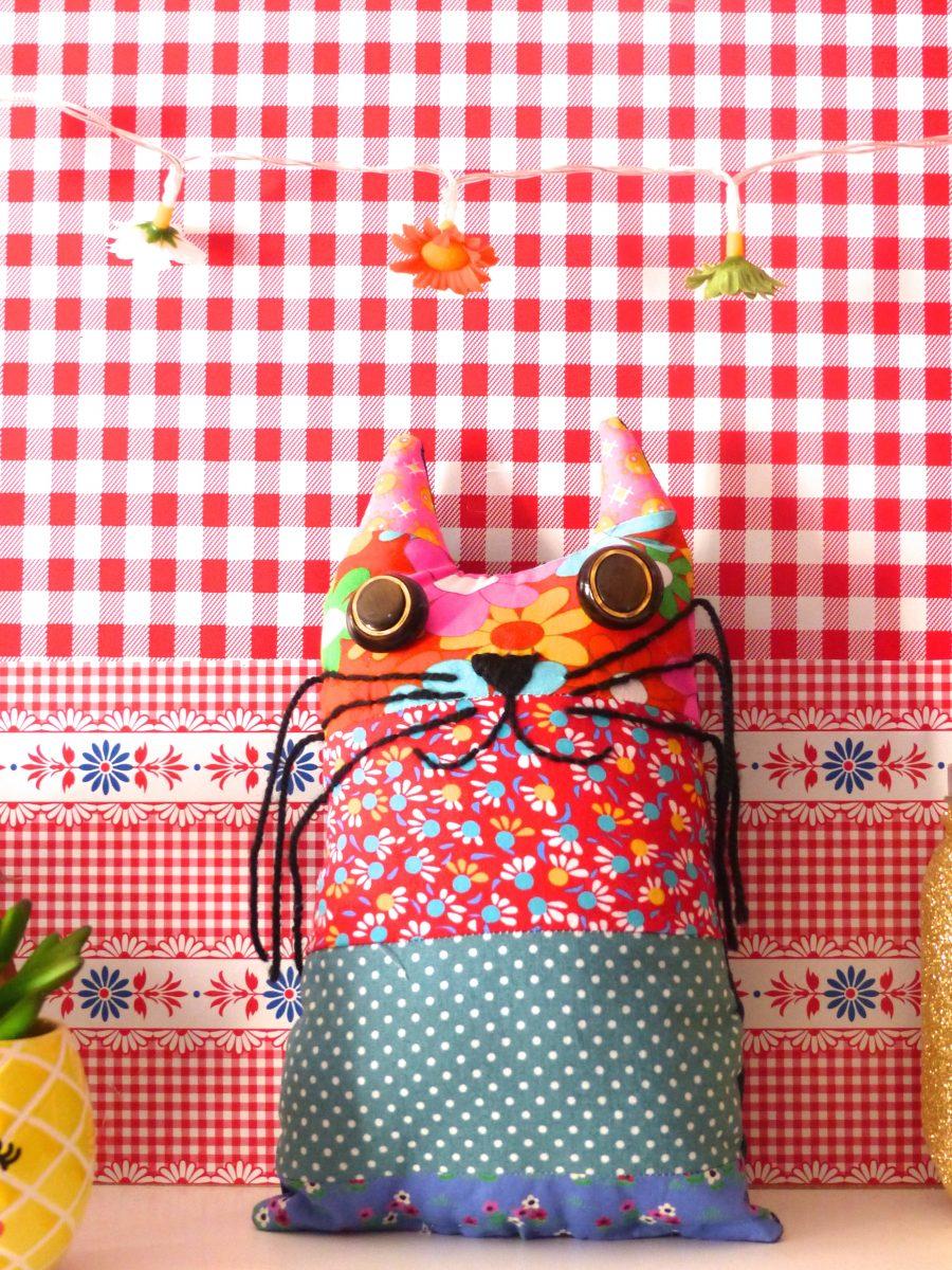 le petit chat tr s moustachu et color en chutes de tissu diy. Black Bedroom Furniture Sets. Home Design Ideas